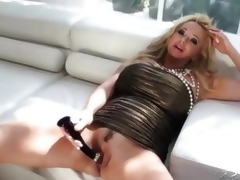 Rachel Aziani loves toying her moist pussy