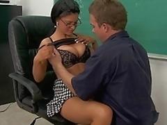 brunette sjarmerende milf i klær store pupper garvet lærer sexy briller kontor
